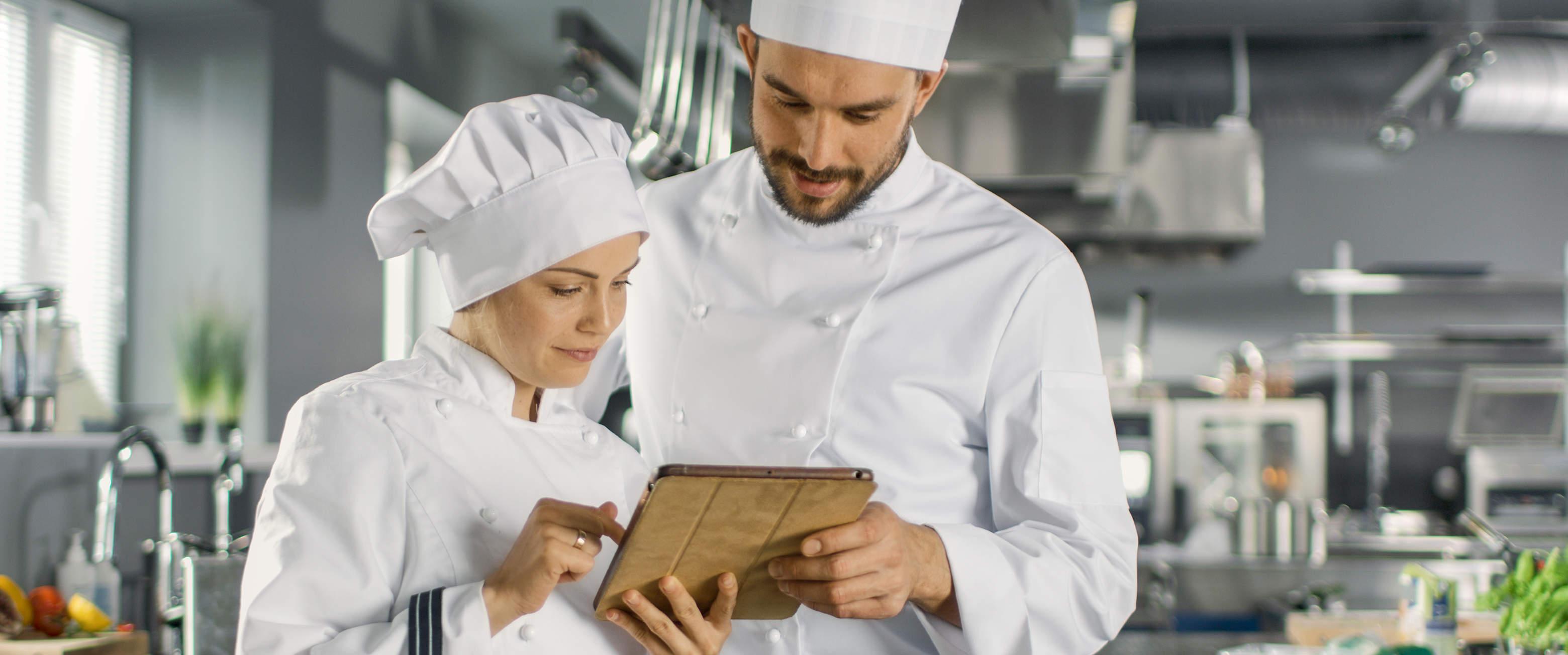 Köche informieren sich am Tablet