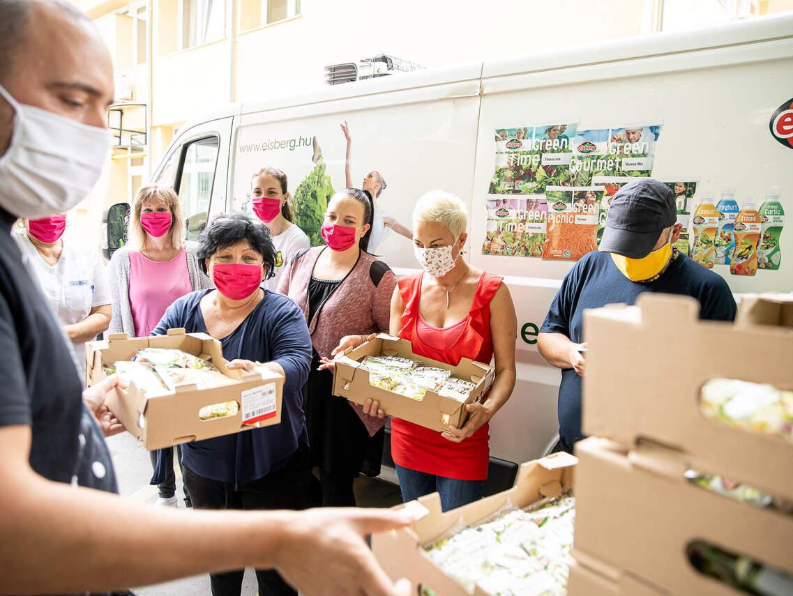 A Bethesda Gyermekkórház dolgozói örömmel fogadták a salátákat